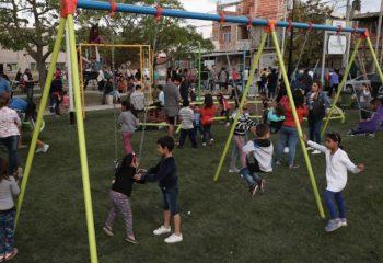 Nuevo patio de juegos y luces LED en dos barrios de Villa Domínico