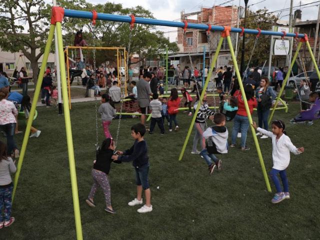 Nuevo patio de juegos y luces LED en dos barrios de Domínico