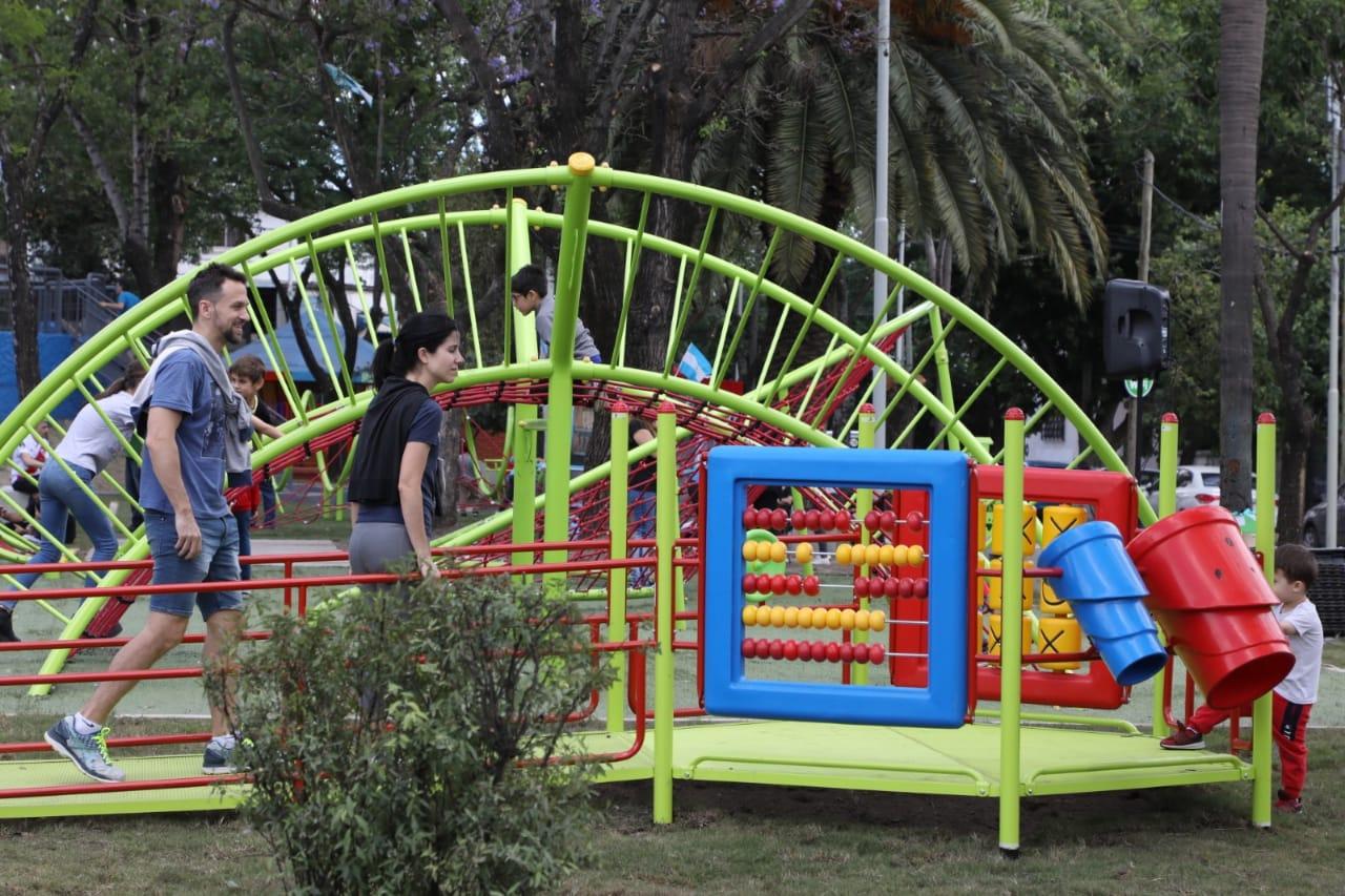 El Municipio renovó dos plazas: nuevos juegos, iluminación y wifi gratis