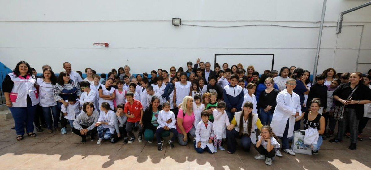 """""""De Punta en Blanco"""": estudiantes de escuelas especiales recibieron guardapolvo, mochila y zapatillas"""