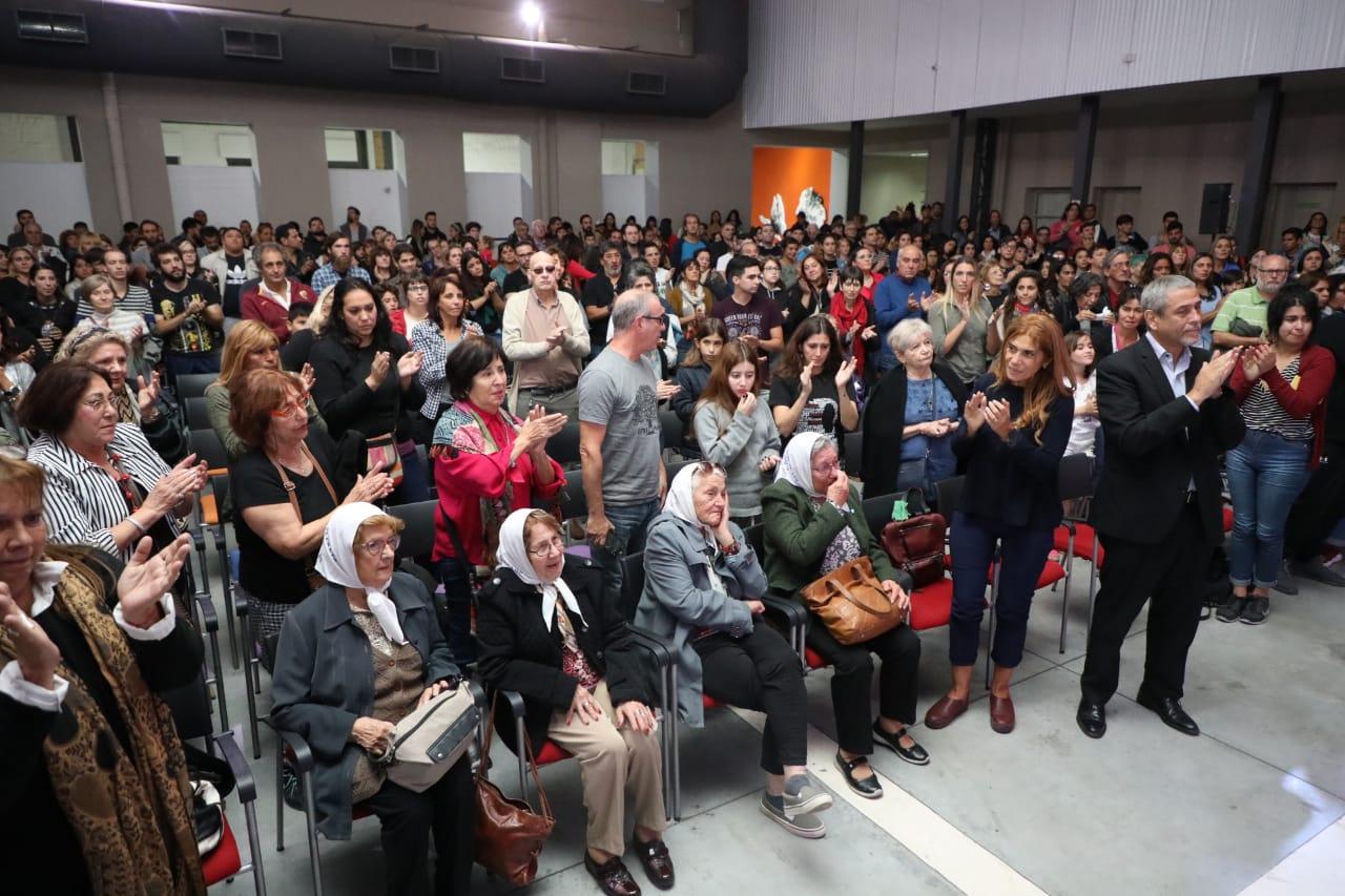 """Junto a las Madres de Plaza de Mayo, Ferraresi asistió a la proyección de """"Todos son mis hijos"""""""