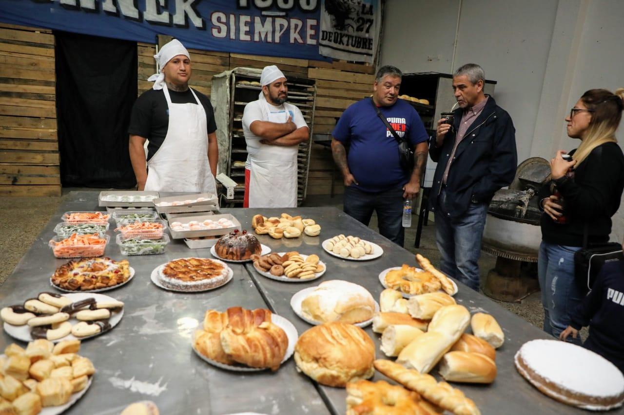 """Ferraresi visitó """"Pan Social"""" la panadería donde se capacitan jóvenes y adultos de Villa Corina"""