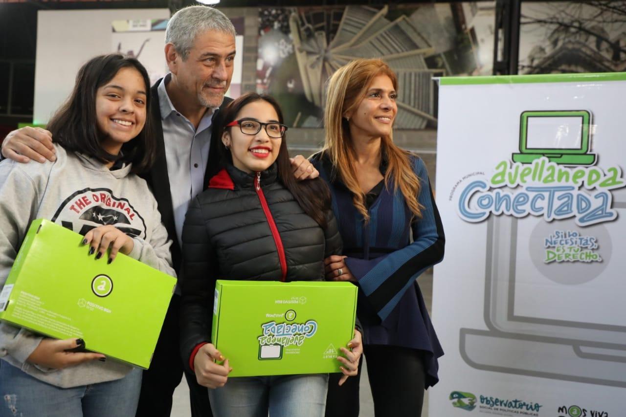 Ferraresi entregó las primeras mil tablets a estudiantes secundarios