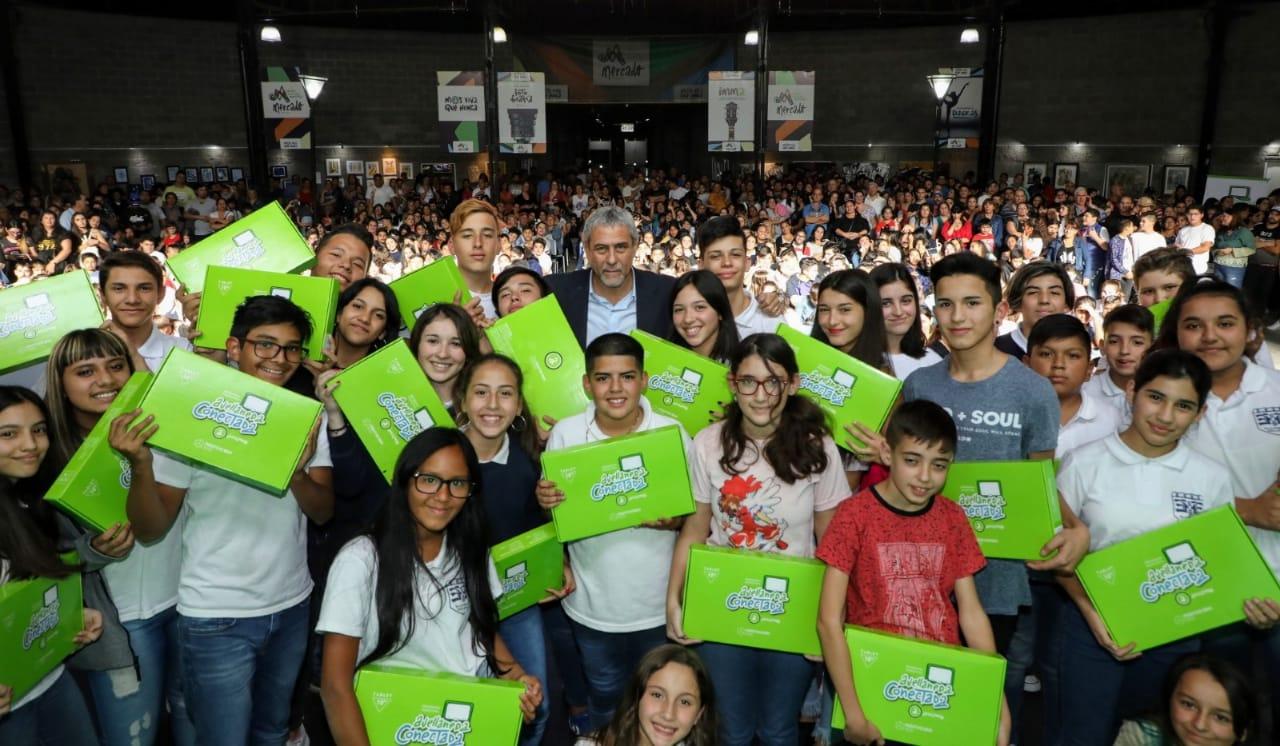 Otros 1370 estudiantes secundarios recibieron su tablet
