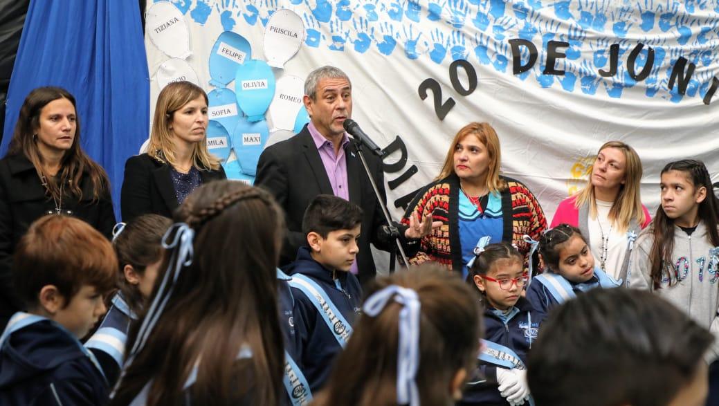 Ferraresi participó de la promesa a la Bandera Nacional en una escuela de Wilde