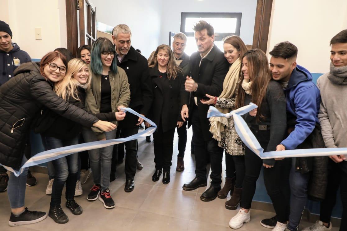 Ferraresi inauguró una secundaria en Piñeiro y la comunidad le puso el nombre «Luis Alberto Spinetta»
