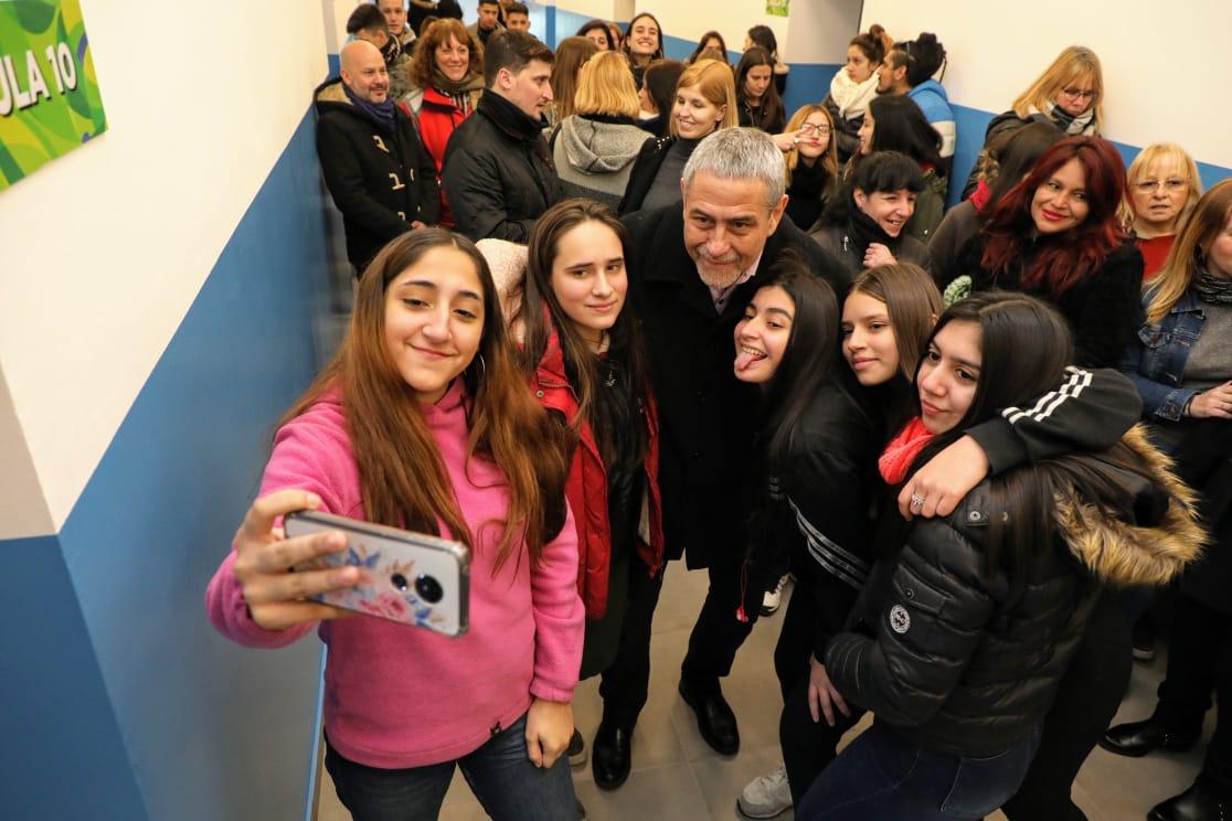 """Ferraresi inauguró una secundaria en Piñeiro y la comunidad le puso el nombre """"Luis Alberto Spinetta"""""""