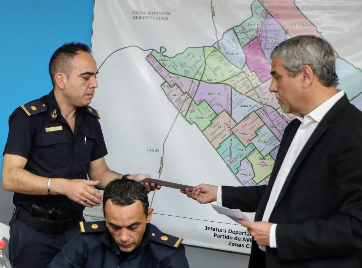 Ferraresi se reunió con las autoridades policiales y entregó aportes económicos a las comisarías