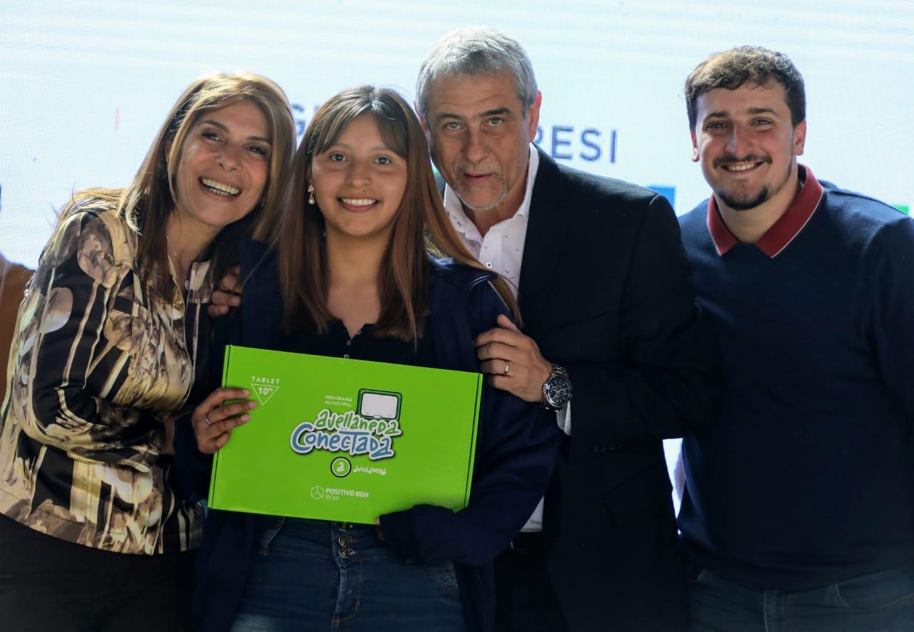 Avellaneda Conectada: Ferraresi entregó 900 tablets a estudiantes de secundarias públicas