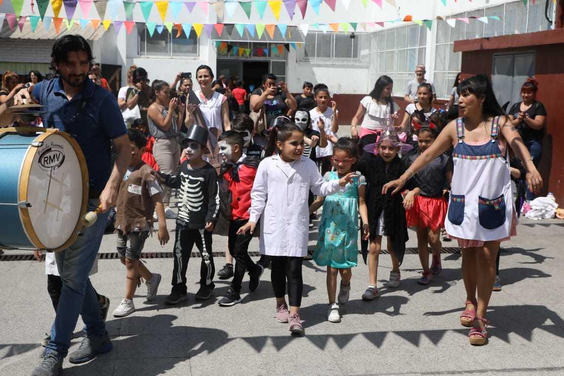 Ferraresi continúa visitando las muestras de las escuelas de Avellaneda