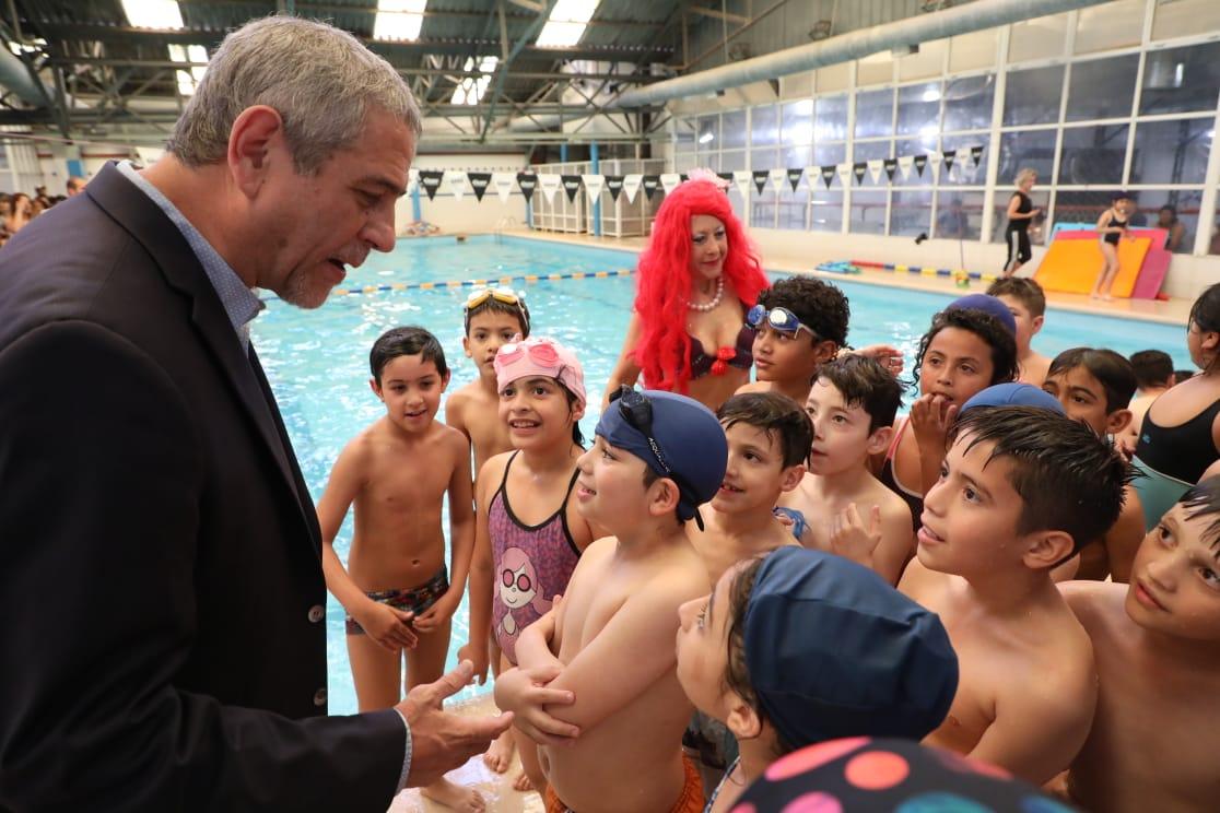 El Intendente visitó la muestra de natación de la Primaria N° 42