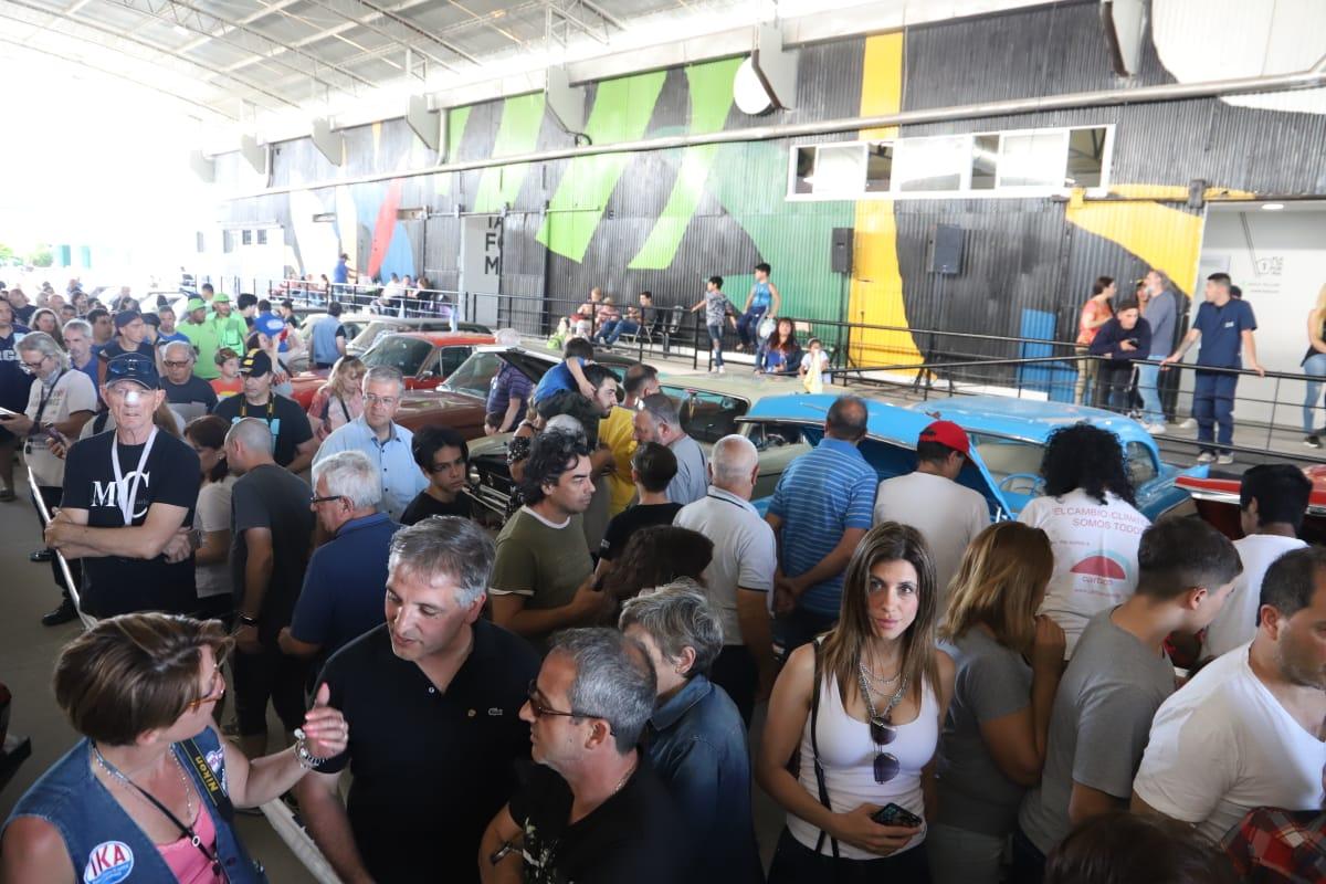 Una multitud en la primera exposición de autos clásicos de Avellaneda
