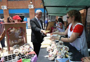 Ferraresi visitó la muestra de tradiciones de la Escuela Especial de Dock Sud