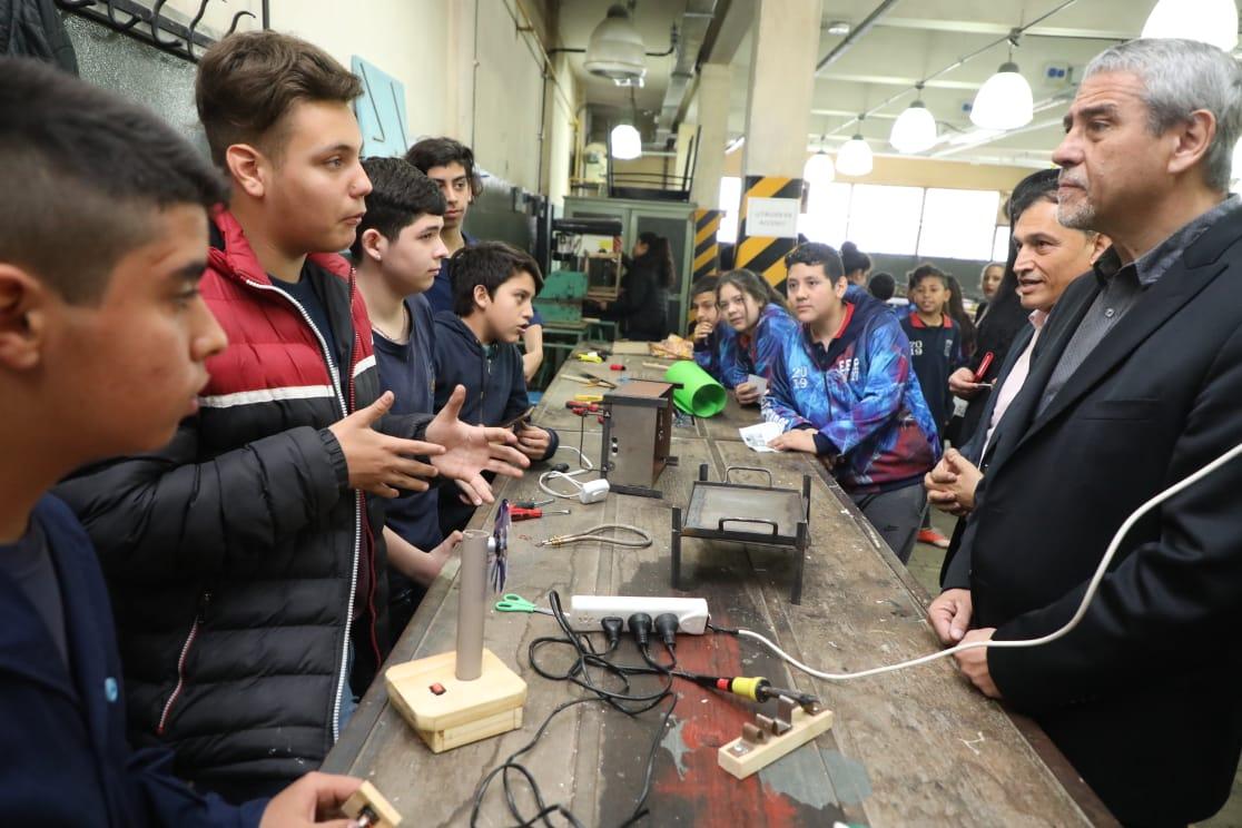 Ferraresi recorrió las muestras anuales de las Escuelas Técnicas locales