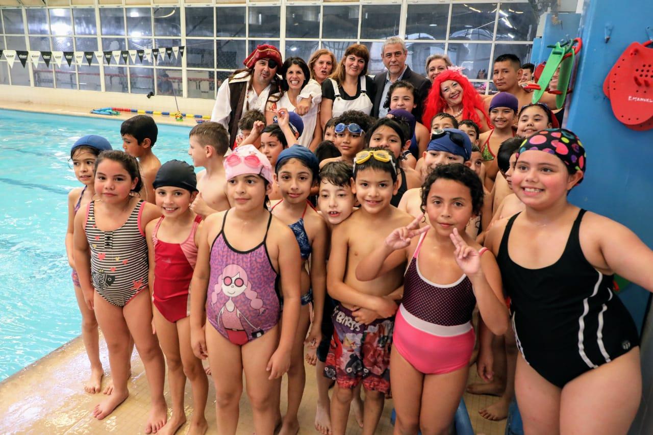 Ferraresi visitó la muestra de natación de la Primaria N° 42