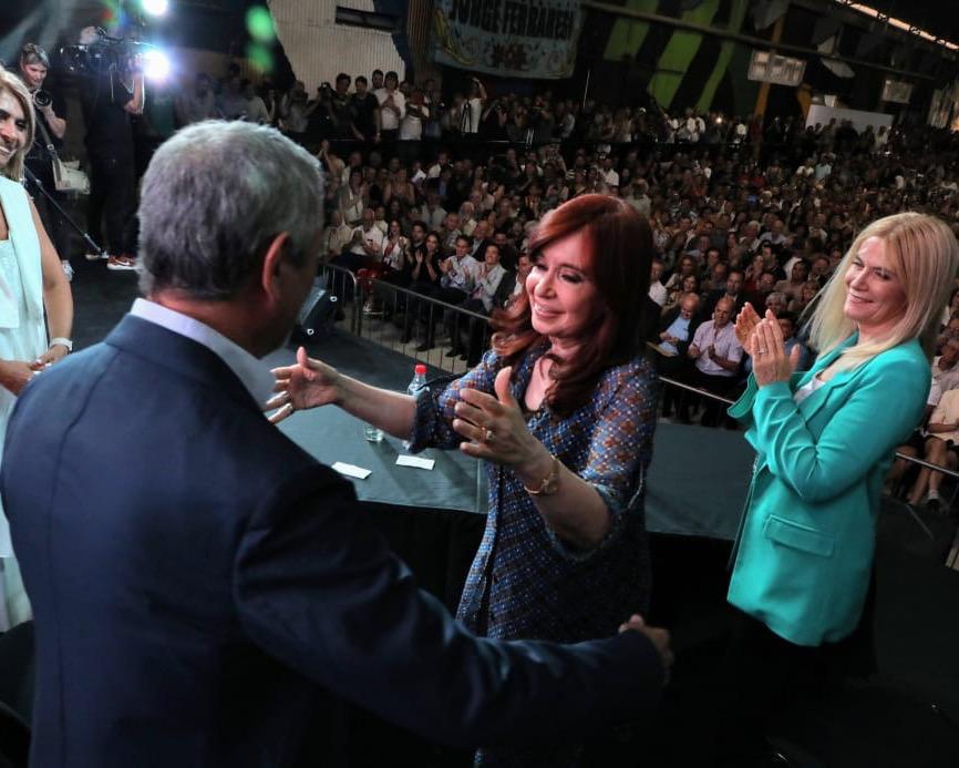 """Junto a Cristina, Ferraresi asumió un nuevo mandato: """"Volvimos con alegría para poner nuevamente a la Argentina de pie"""""""