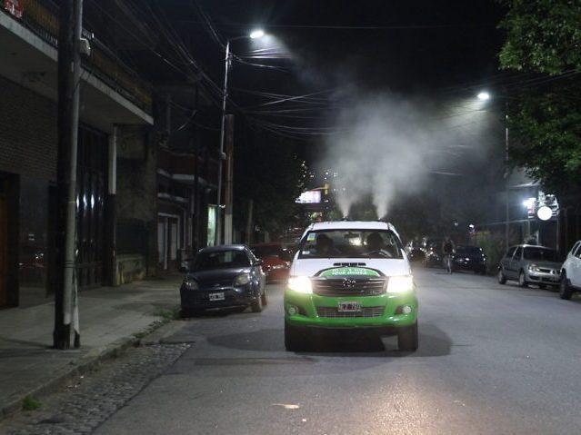 El Municipio fumiga las calles para prevenir el virus del dengue