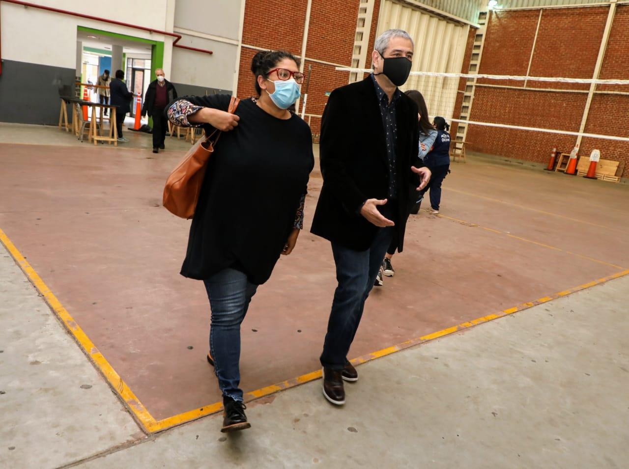 Ferraresi recorrió Villa Azul junto a la directora del Organismo Provincial de Integración Social y Urbana