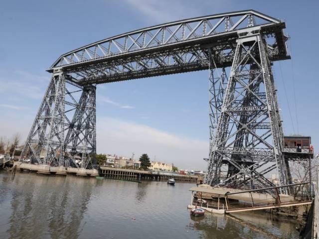 Ferraresi y funcionarios nacionales cruzaron el Riachuelo en el recuperado Transbordador del Puente Nicolás Avellaneda