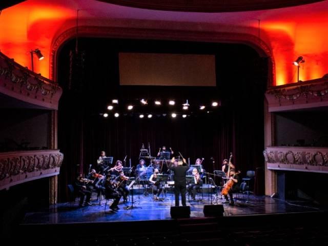 La Orquesta Sinfónica Municipal subió al escenario del Teatro Roma para conmemorar el 169° aniversario de Avellaneda