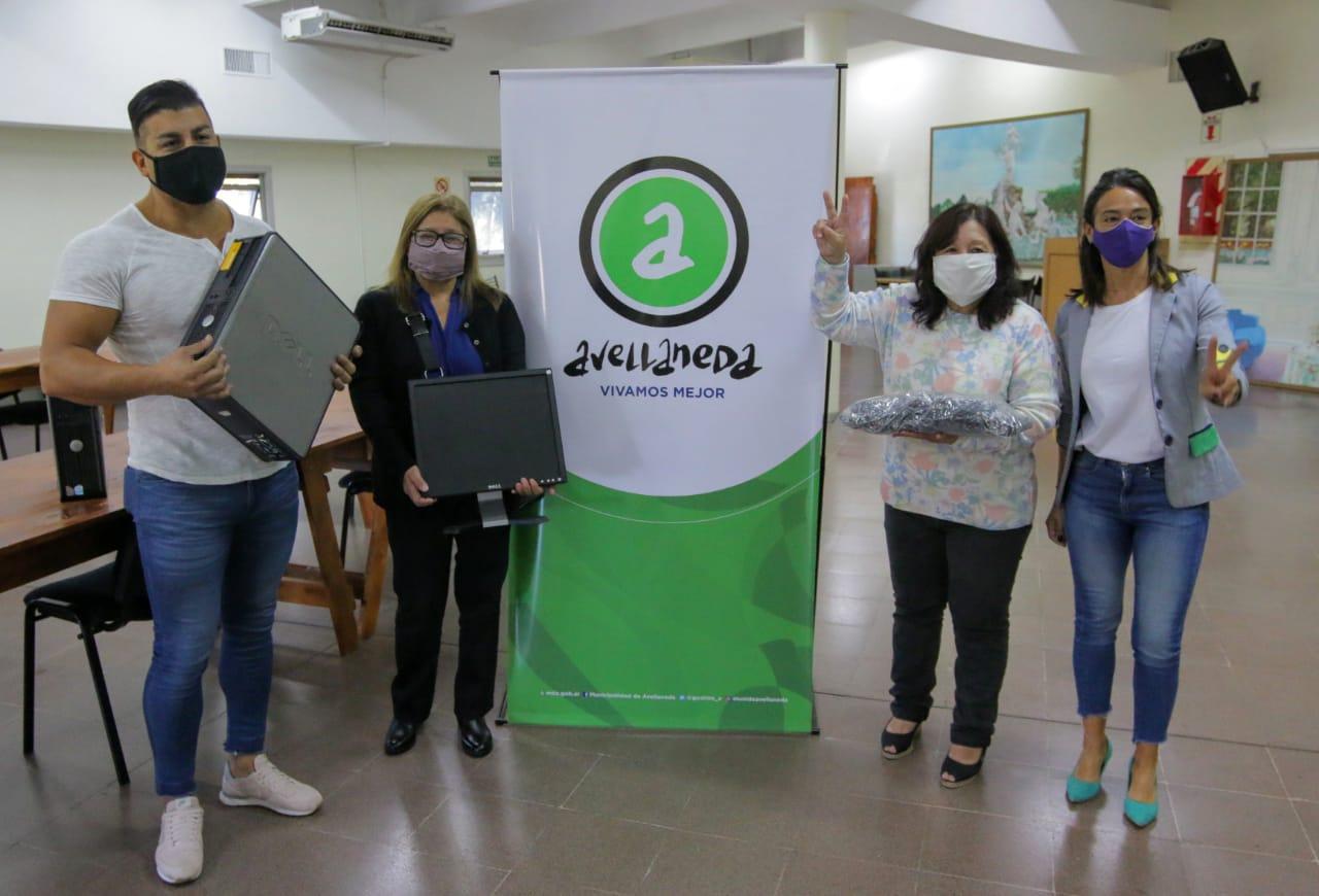 Aysa entregó computadoras a trabajadores de Cooperativas de Avellaneda