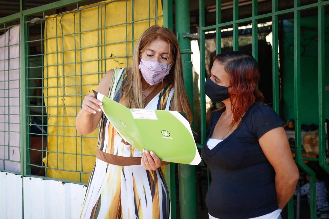 Magdalena Sierra entregó D.U.A.D a familias del barrio Honor y Dignidad