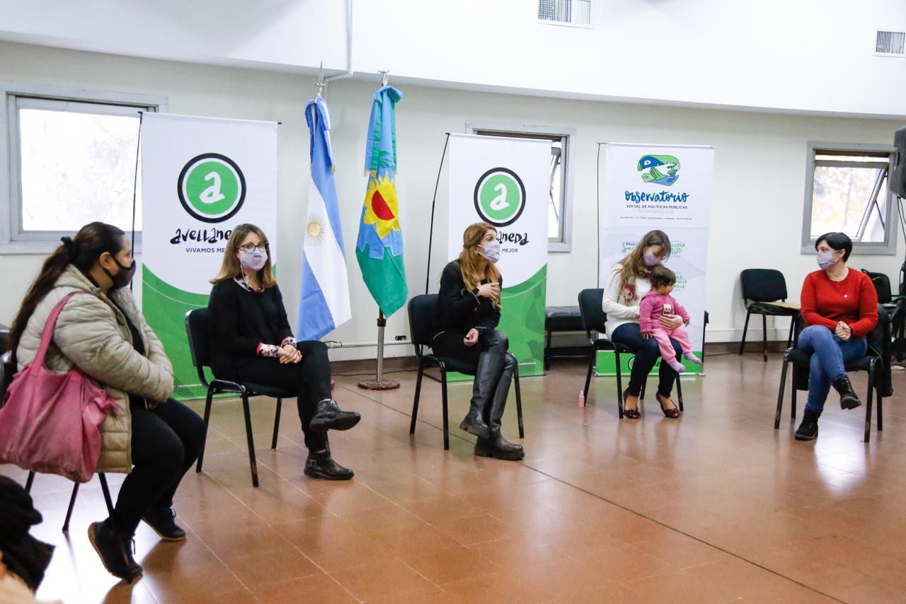 Magdalena Sierra entregó documentación identitaria a familias inscriptas en el programa «De Avellaneda desde la panza»