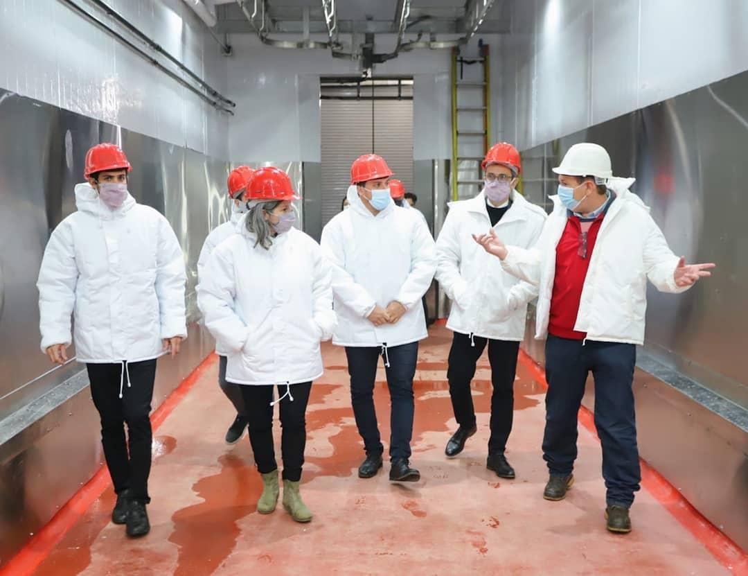 El intendente Chornobroff y la subsecretaria provincial de Agricultura, Ganadería y Pesca, Carla Seain, visitaron el frigorífico Agro Patagónico de Avellaneda