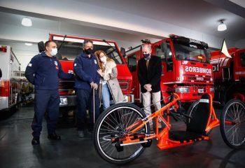Magdalena Sierra le entregó una bicicleta adaptada a un bombero