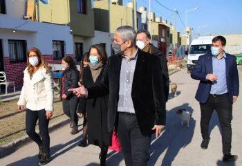 El ministro Ferraresi y la embajadora francesa en Argentina, recorrieron diferentes barrios de Avellaneda