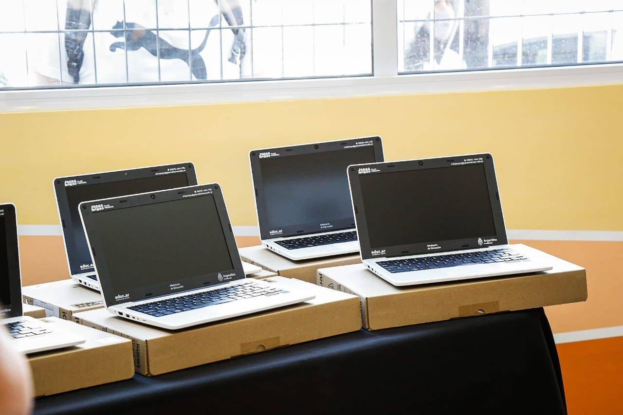 Conectar Igualdad: Más de 100 estudiantes de la Escuela Técnica N°3 de Wilde recibieron sus netbooks